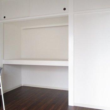 【洋室4.5帖】オープン収納は上下で分けて使うと便利ですね。