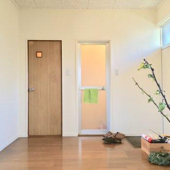 キッチンからサニタリーへアクセス。左が… ※写真は前回募集時のものです