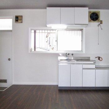 【DK】ダイニングキッチンも広く窓もあります!