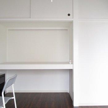 【洋室4.5帖】白を基調とした壁なので明るいですね。