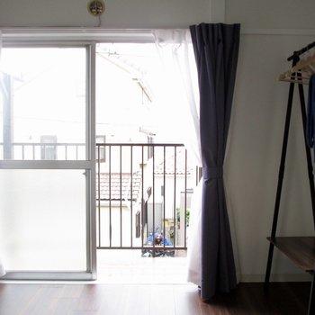 【洋室4.5帖】このお部屋からもバルコニーへ出られます!