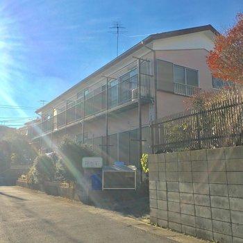 坂の上の、こぢんまりとしたアパートなんです ※写真は前回募集時のものです