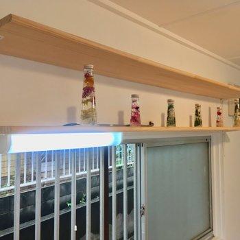 キッチン上部の飾り棚。食器をディスプレイしても◎