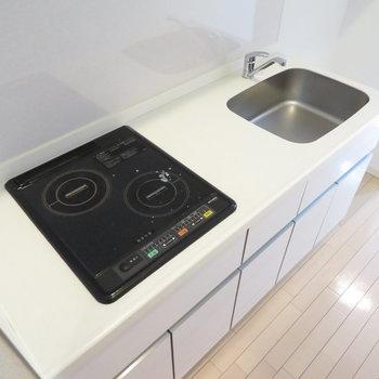 キッチンは清潔感のあるシステムキッチン