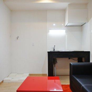 キッチン横に冷蔵庫、洗濯機※家具はサンプル