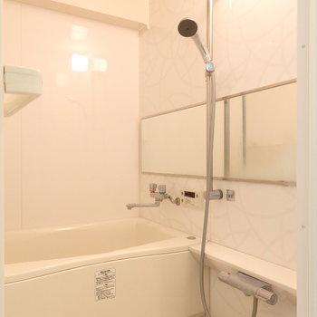 お風呂も改装済み。横長鏡いいですよね