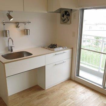 2口ガスキッチンはシンプルに家具とも溶け込むデザイン※写真は前回施工の105号室