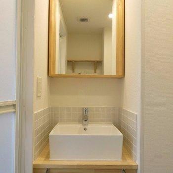 洗面台は大工さんお手製のオリジナルのものを※写真は前回施工の105号室