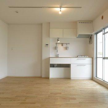 明るいキッチンでるんるん気分でお料理できそう!※写真は前回施工の105号室