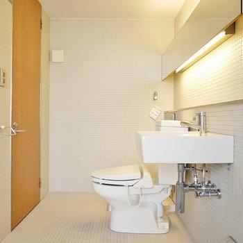 トイレの奥に洗濯パンもあります!(※写真は同タイプの別室)