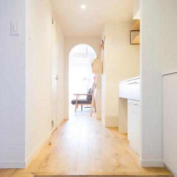 玄関は白タイルで明るくお出迎え♪※写真は201号室※写真は前回募集時のものです
