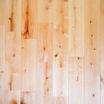 光沢感があってさらさらとした触れ心地のいいカバサクラの無垢床※写真はイメージ