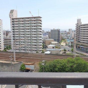 ルーフバルコニーからは京阪電車が見えます。