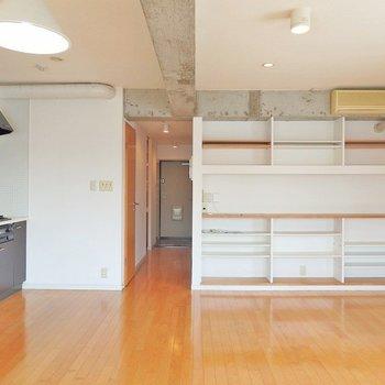 備え付けの棚も、便利ですね。