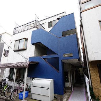 ブルーの階段が特徴的な建物◎