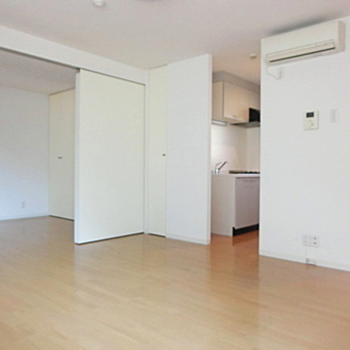 キッチンが隠れているので生活感を隠せます。※写真は3階の同間取り別部屋のものです。