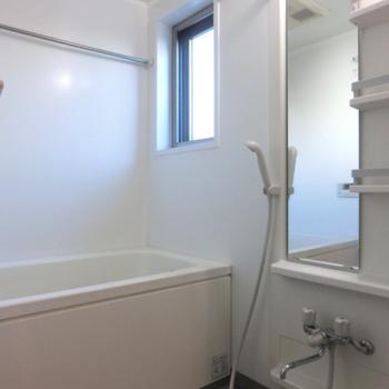 お風呂も窓付き!嬉しい!※写真は3階の同間取り別部屋のものです。