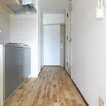 キッチンスペースまで無垢床なんです。裸足ですごしたいな。