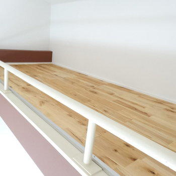 ロフトまで無垢床なんて贅沢!柵が結構低いので、ここで寝る時は気をつけて・・