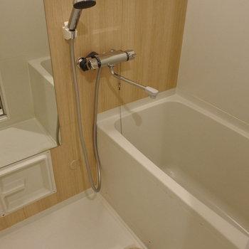 お風呂は大きなミラーを取り付けました!