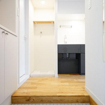 玄関からは、キッチンと洗濯パンが見えます。※写真は前回募集時