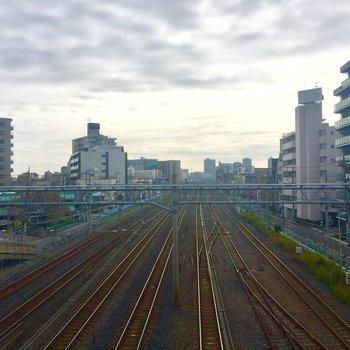隣にいたおじいちゃんと眺めた線路。西川口だからこそ見れる景色です。