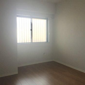 電気をつければちゃんと明るいお部屋になります。