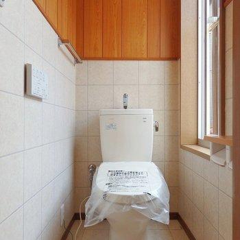 トイレには大きな窓がついています。