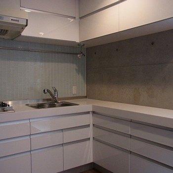 キッチンはタイル張りがすてきなL字キッチン※写真は別部屋