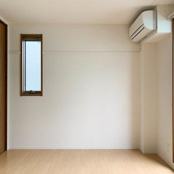 【上階洋室1】お部屋、奥側には小窓と収納がありますね〜