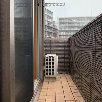 【上階】ベランダです。屋根がないので、雨の日はお気をつけて。