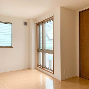 【上階洋室2】階段登って正面のお部屋です。こちらも窓が大きいので、開放感ありますよ。
