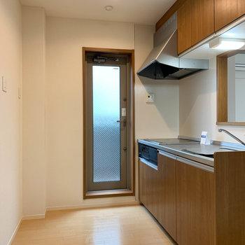 【下階】リビング奥に進むとキッチンです。奥の扉の先にはバルコニー。