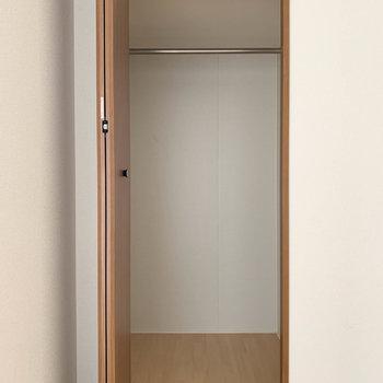 【上階洋室2】こちらのお部屋の収納はシンプルに使いやすいつくりです。