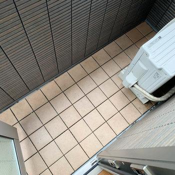 【下階】リビング横のバルコニーはコンパクトなつくり。