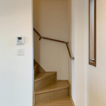 【下階】リビングの右側に階段がありますね....。それでは上の階に行ってみましょう〜!