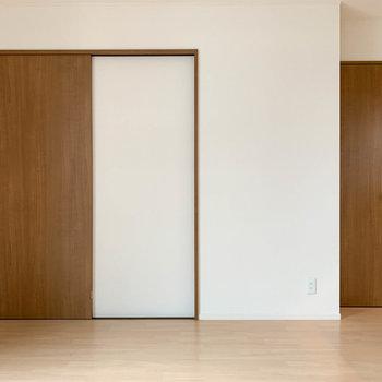 【下階】窓側から見ると、左の扉がサニタリー。右の扉がトイレです。