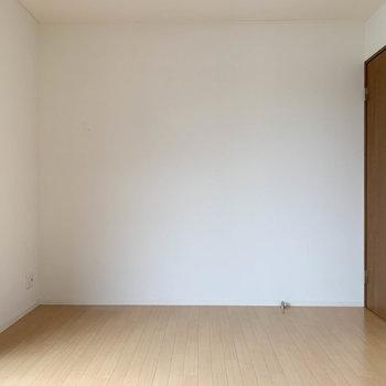 【上階洋室1】ドア側の壁はシンプル。