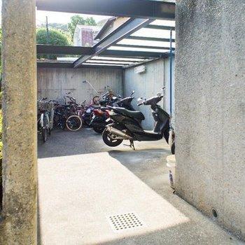 駐輪場はマンションの入り口にあります。