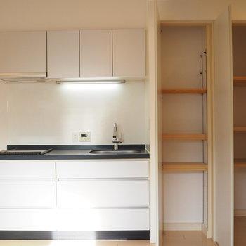 作業スペースが黒くてかっこいいキッチン※写真は前回募集時のお写真です。