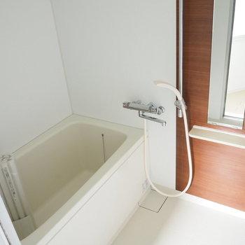 お風呂はウッド系のシートが貼られています※写真は前回募集時のお写真です。