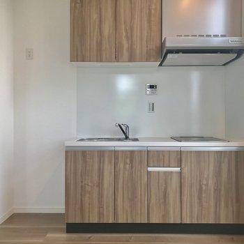 木目調のキッチン。冷蔵庫はここに