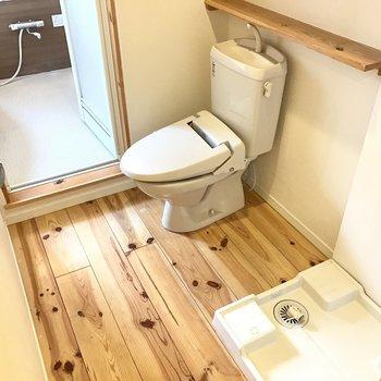 トイレと洗濯機置場。かわいい木の棚も付いてます!