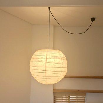 まるい和紙のライトがアクセント