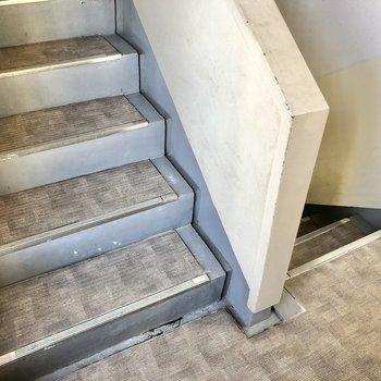 階段で上がります。幅はありました。