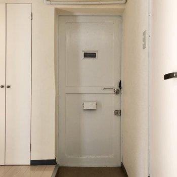 玄関はシンプルな装いです。