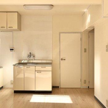 ダイニングは約9帖ほど。ちょこんとしたキッチンも各扉も可愛い。