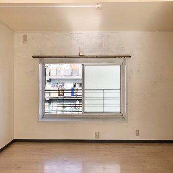 さて、隣の洋室です。出窓にはグリーンを飾っても〇