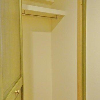 玄関横には上着掛けをしっかり完備