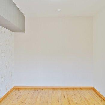 バルコニー側の洋室